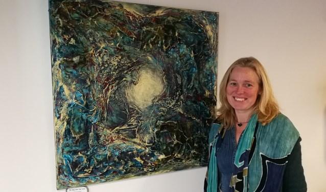 Marieke Achterkamp bij haar schilderij 'De weg naar het licht' Foto:Rob Weeber