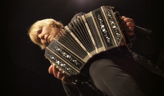 Jacqueline Edeling, bandoneoniste. Foto: Hardy Klink