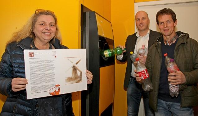 Hélène Pellegrini, Bouke Hollak en Arno Duitshof bij de flessenautomaat. Foto: Liesbeth Spaansen