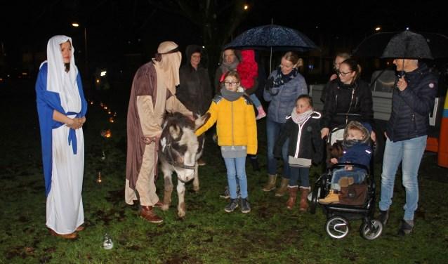 De ezel van het kerstverhaal kan rekenen op veel belangstellende kinderen tijdens de Herdertjestocht in Vorden. Foto: Rien Wagenvoort