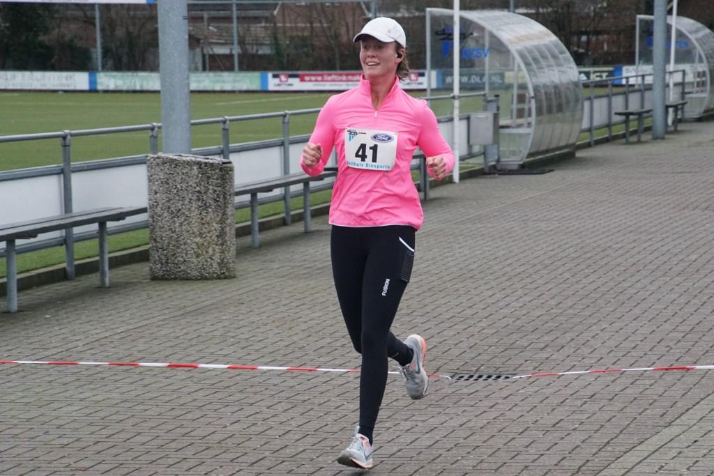 De eerste dame op de zes km. Foto: Frank Vinkenvleugel  © Achterhoek Nieuws b.v.