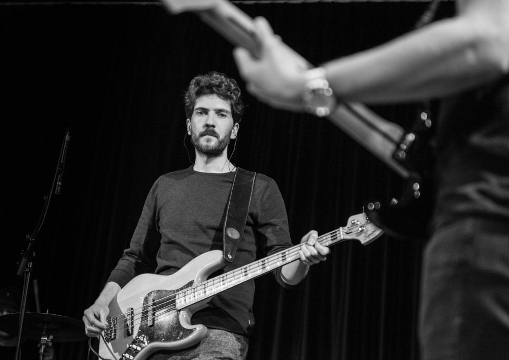 Bassist Jeroen Laar. Foto: Rick Mellink  © Achterhoek Nieuws b.v.