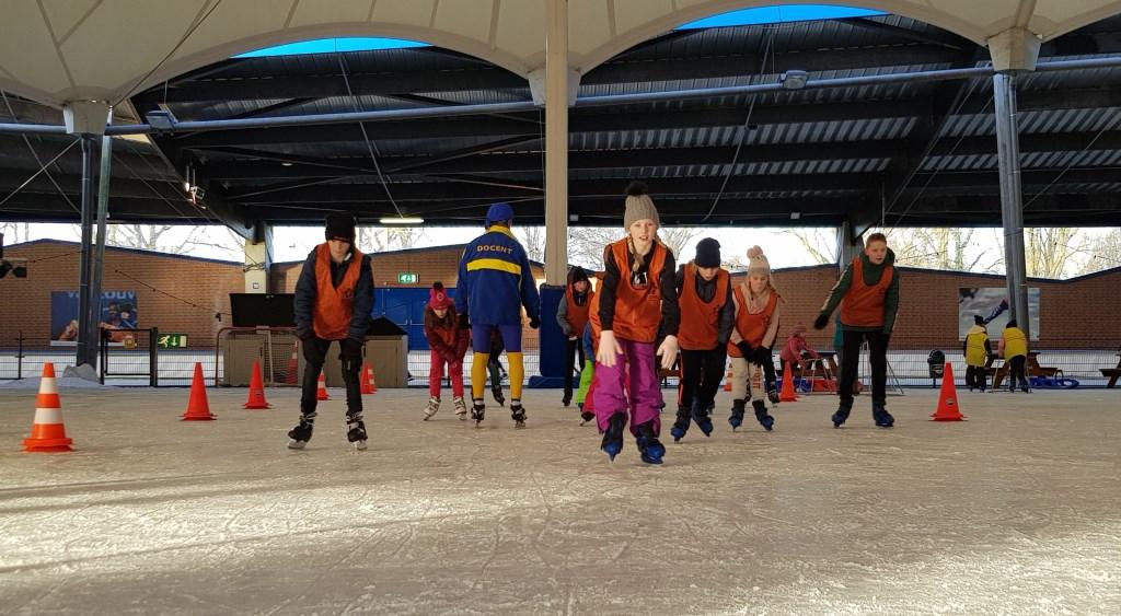Al 'steppend' naar de overkant op de schaats. Foto: Alice Rouwhorst  © Achterhoek Nieuws b.v.