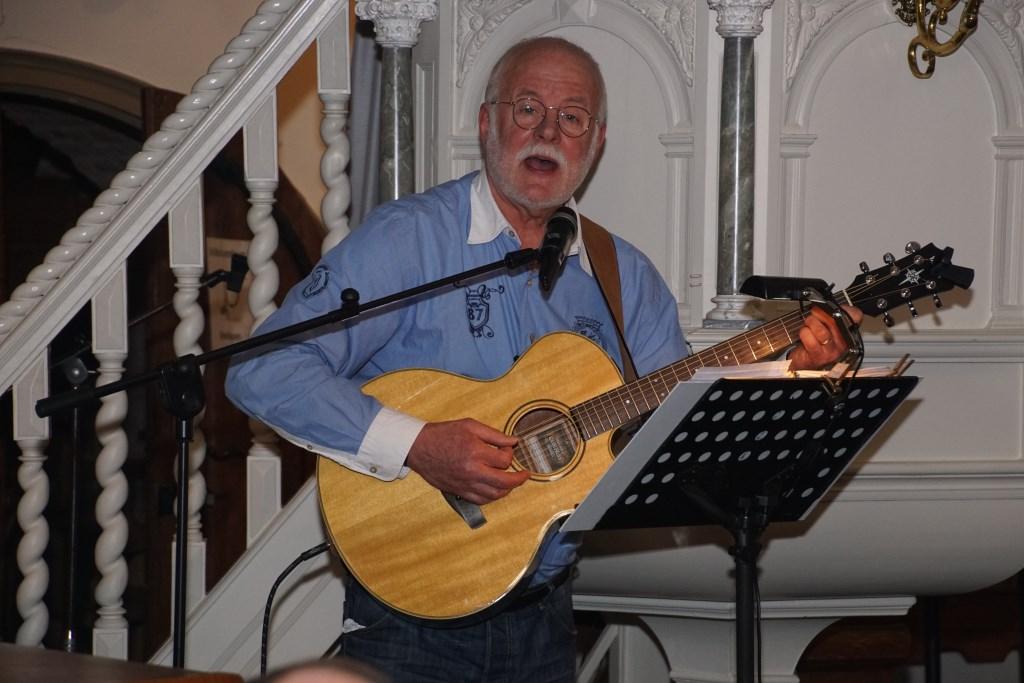 HANS met zijn gitaar. Foto: Frank Vinkenvleugel  © Achterhoek Nieuws b.v.