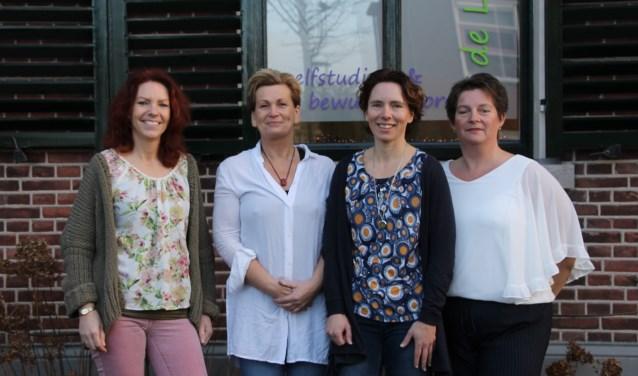 Vlnr: Monique Klein Gunnewiek, Jolanda Tankink, Tessa Weijers en Sonja Wolters voor de nieuwe praktijkruimte. Foto: Annekée Cuppers