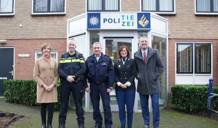 Burgemeester Bronsvoort, Addy Donderwinkel, Jürgen Schütte, Liesbeth Huyzer, Burgemeester Stapelkamp (vlnr). Foto: Frank Vinkenvleugel