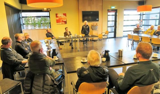 André van der Ley spreekt in verenigingshuis De Treffer de belangstellenden toe. Foto: Theo Huijskes