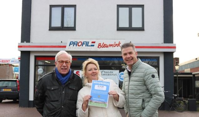 Werkgroepleden Jan Ilsink, Erika Vreeswijk en Peter Besselink vóór de showroom van Bleumink Profile, waar de inloopmiddag plaatsvindt. Foto: PR