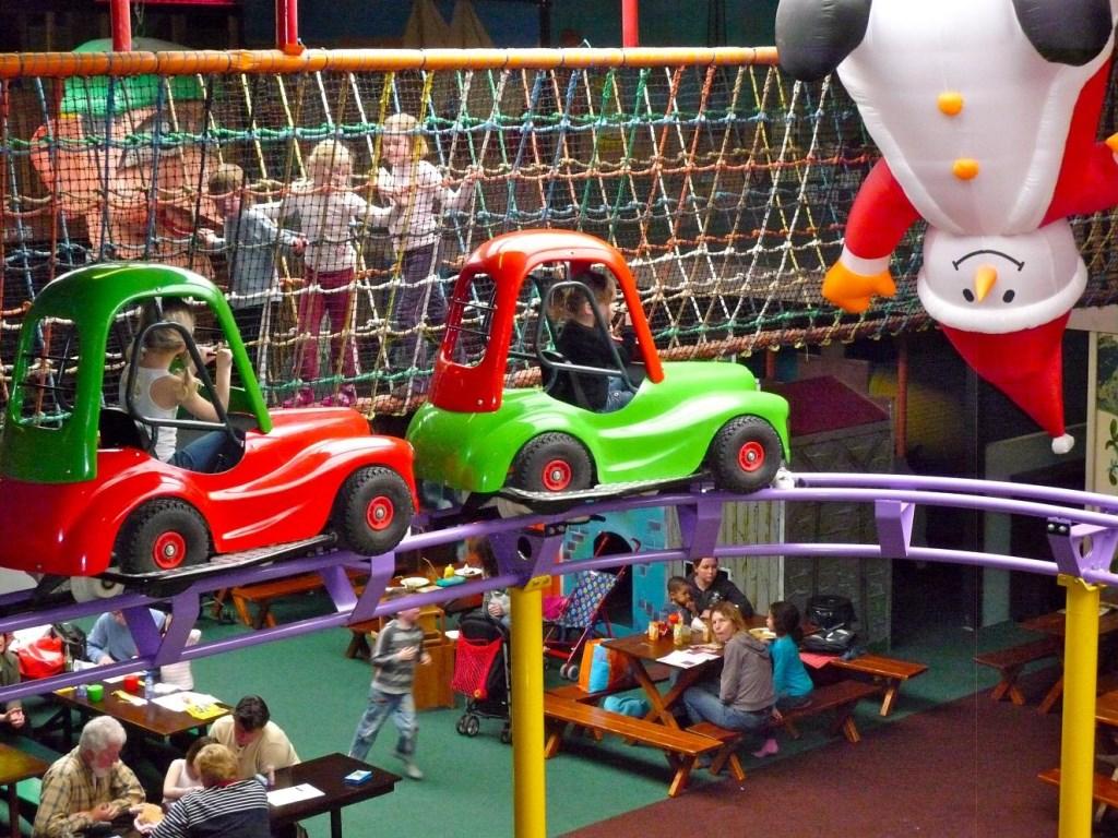 De zweefauto's in de binnenspeeltuin. Foto: PR  © Achterhoek Nieuws b.v.