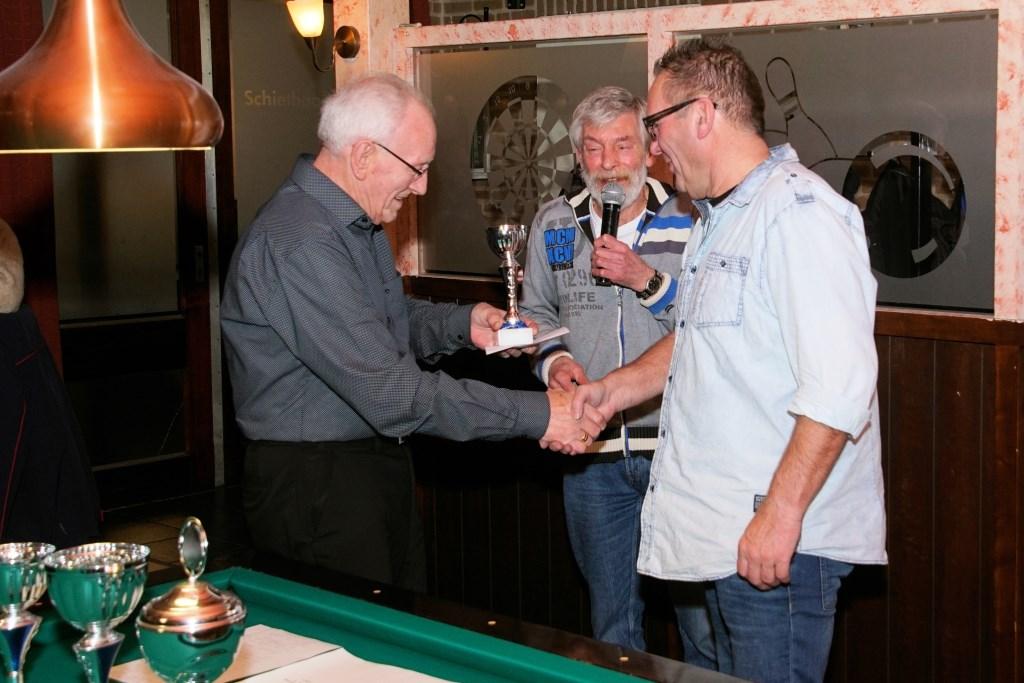 Frans Rengelink wordt gefeliciteerd. Tonnie Icking. Foto: Frank Vinkenvleugel  © Achterhoek Nieuws b.v.