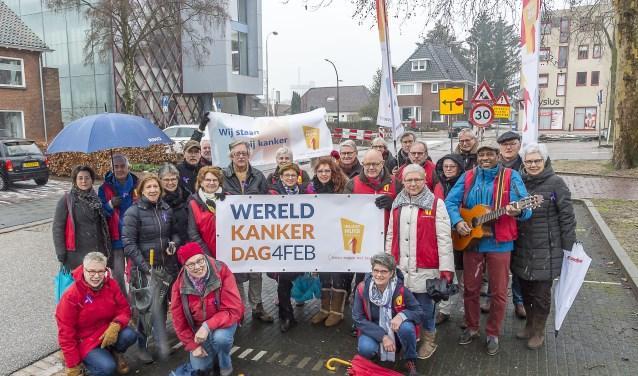Vrijwilligers en gasten van het Inloophuis staan stil bij kanker. Foto: Henk van Raaij