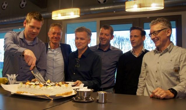 Groot feest! Niels Scheers (Stokkum) snijdt de taart. Wilfried Lubbers (Zeddam/St. Joris), Jos Marissink (MvR), Alex Knippers (VVL), Willie-Jan Thomassen (St. Joris), Ingo Nieling (Zeddam) en Alex Knippers (VVL) kijken toe. Foto: Susan Wiendels