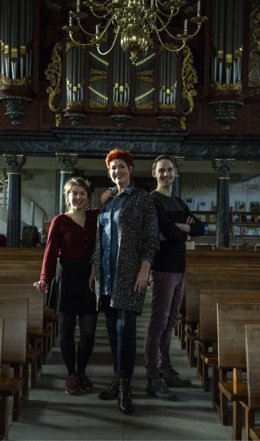 Meike en Linda de Wit en Sten Geerdink in de fraaie entourage van de Jacobskerk. Foto: Sanne Wevers