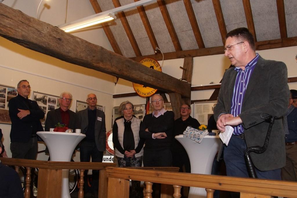 Gerrit van Veen spreekt de aanwezigen toe. Foto: Frank Vinkenvleugel  © Achterhoek Nieuws b.v.