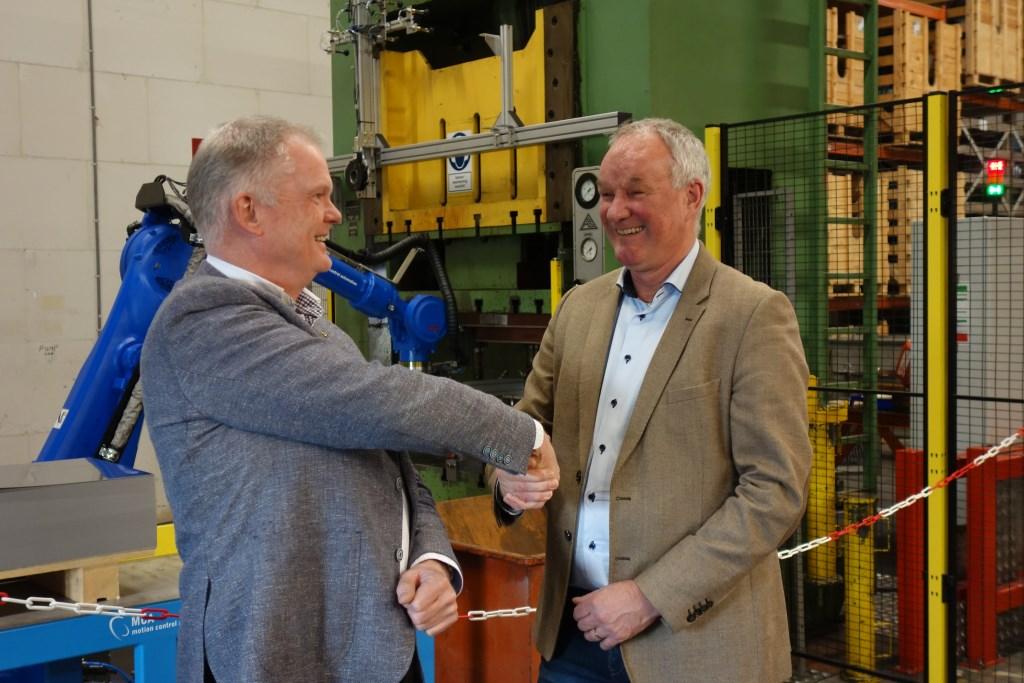 Egbert Waaijman links en Bart Looman rechts. Achtergrond de robot in het blauw.  Foto: Clemens Bielen  © Achterhoek Nieuws b.v.