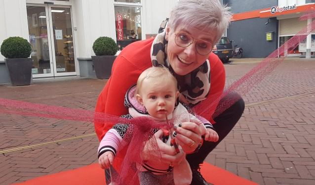 Brigitte opent met kleindochter Noa (11 maanden) de nieuwe Brini. Foto: Kyra Broshuis