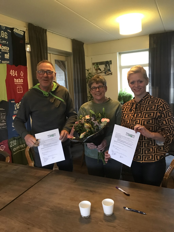 Van links naar rechts Herbert en Anita Luimes (eigenaren Try-out) en Yvonne Reusen (voorzitter survivalsportvereniging Ropes & Running. Foto: Marjolein Klein Sessink