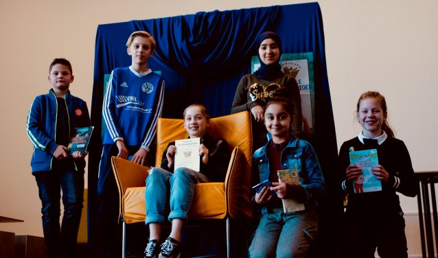 Vlnr.: Niels Jansen, Teun Geelink, winnares Silver de Rooij, Hadeel Alghader (staand), Alsijana Selimovic (zittend), Fenna Bluiminck. Foto: PR