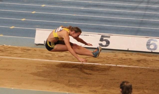 Marijke Esselink tijdens het verspringen op het NK Indoor. Foto: Honzo Valenta