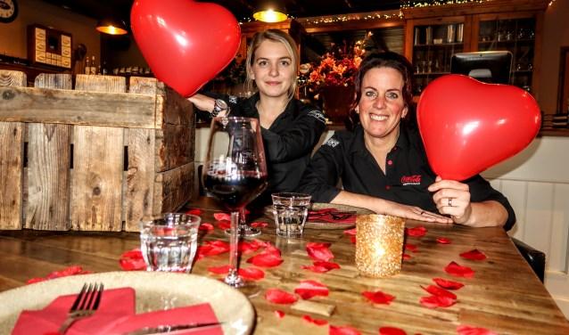 Medewerksters Anniek Hermans en Wilma Jansen van eetcafé Jansen & Jansen bedachten het All You Need Is Love-weekend. Foto: Luuk Stam