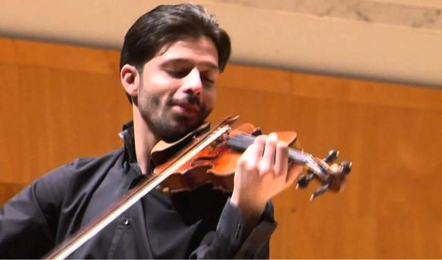 Topviolist Razvan Stoica met zijn Stradivarius. Foto: PR