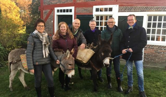 Van links naar rechts, Jeanet, Linda, Dénis, Peter, Johan en Marcel. De ezels zijn Luna en Sita. Foto: ©MAX.