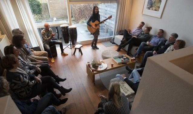 Gluren bij de buren; Cynthia en Armein in een woonkamer aan de Bosrand. Foto: Patrick van Gemert