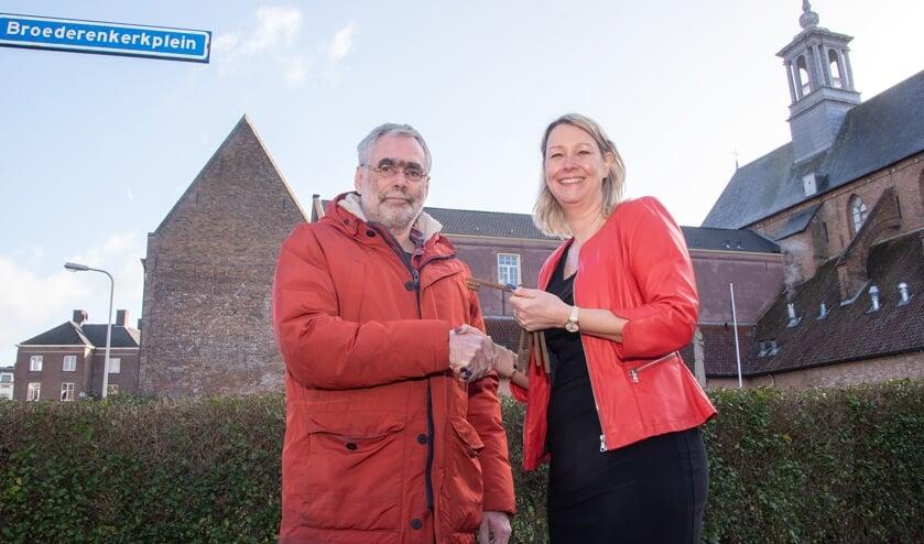 Anton de Lange ontving de sleutel van het Broederenklooster uit handen van wethouder Laura Werger. Foto: Willem Feith