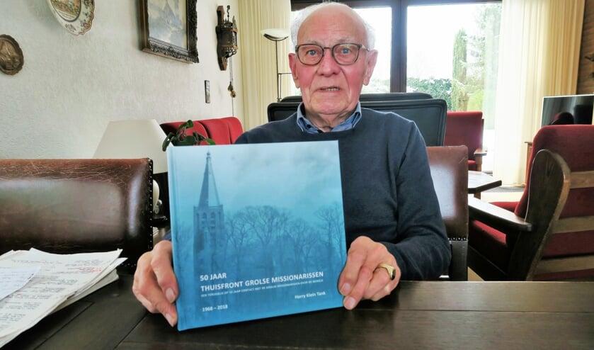 Harry Klein Tank toont het boek '50 jaar Thuisfront Grolse missionarissen'. Foto: Theo Huijskes