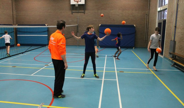 De leerlingen van 't Assink in actie bij smashbal. Foto: PR