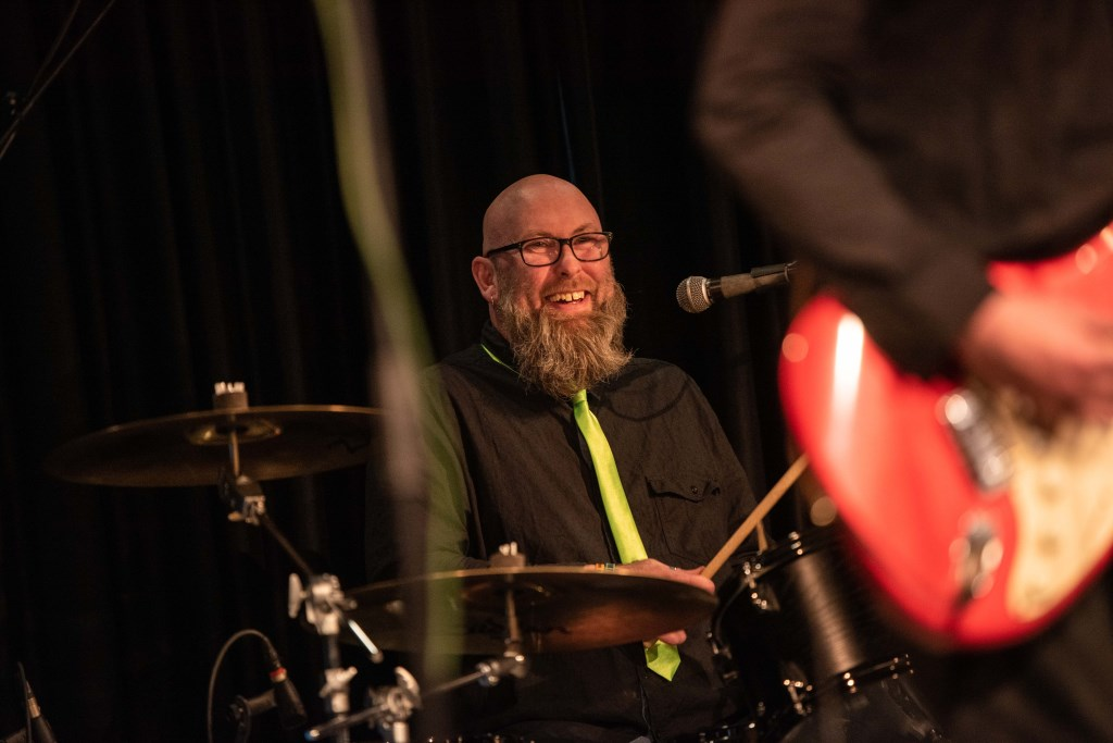 Dat Doe'w drummer Matthieu Strijk. Foto: Rick Mellink Foto: Rick Mellink © Achterhoek Nieuws b.v.
