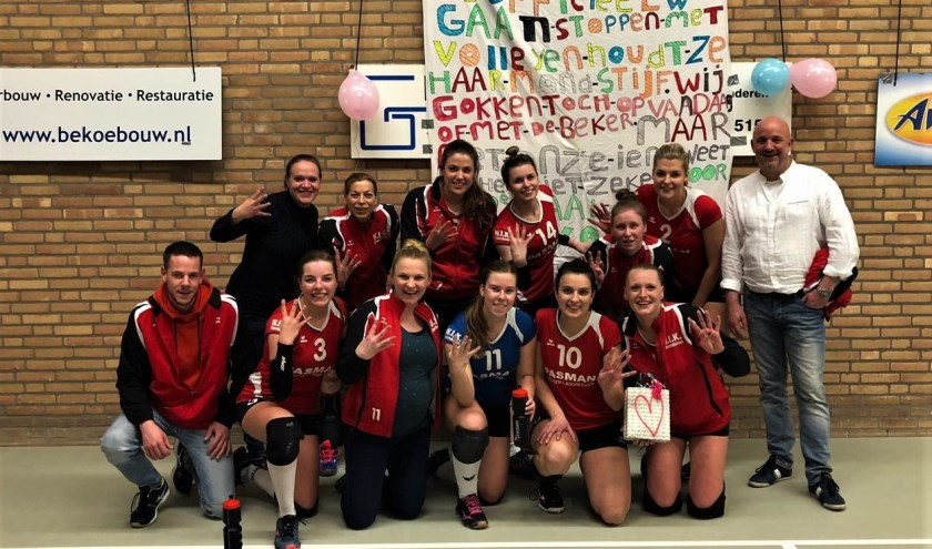 Het volleybalteam WIK dames 1 is blij met de vier punten die ze binnengehaald heeft. Foto: PR