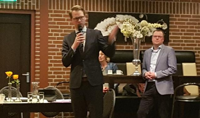 Wethouder Bart Porskamp geeft uitleg over de vervolgstappen. Rechts achter hem Wim Halfman van ODA.