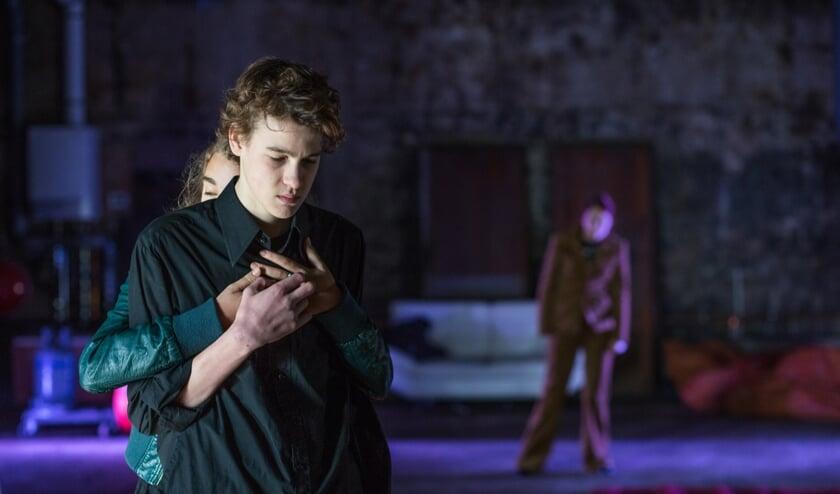 Het publiek wordt meegenomen in de tragische liefdesgeschiedenis van Hamlet en Ophelia in de wereld van vandaag. Foto: Afke Manshanden