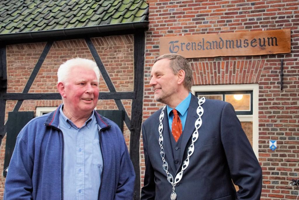 Bertie Bussink en burgemeester Anton Stapelkamp bij het nieuwe wandbord. Foto: Frank Vinkenvleugel  © Achterhoek Nieuws b.v.