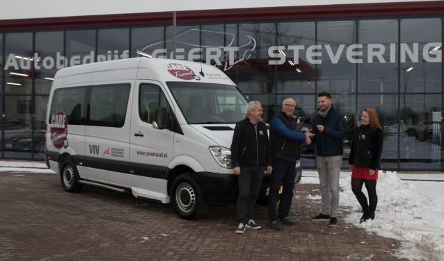 Jos van den Berg, Charly Bussink (CT busbeheer), Niek Vredegoor van Autobedrijf Steverink en Sharon van Arem, de jongste Care Travel vrijwilliger. Foto Marius Kooistra