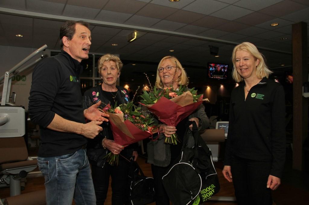 Jaap en Gerdien Hesselink eren leden die 35 jaar in hun sportschool sporten. Foto: Liesbeth Spaansen  © Achterhoek Nieuws b.v.