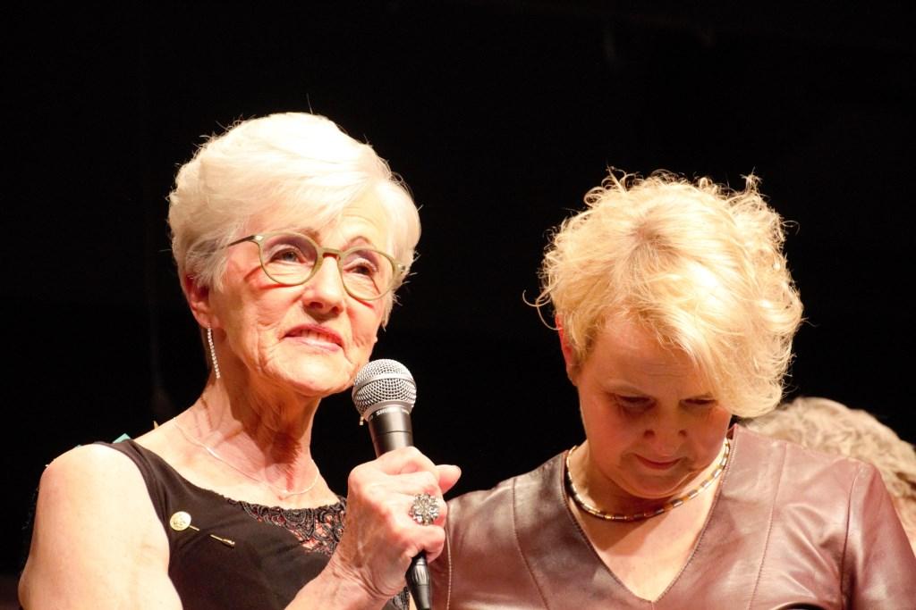 Anny spreekt het publiek toe, rechts voorzitter Marja Fuchs. Foto: Annekée Cuppers  © Achterhoek Nieuws b.v.