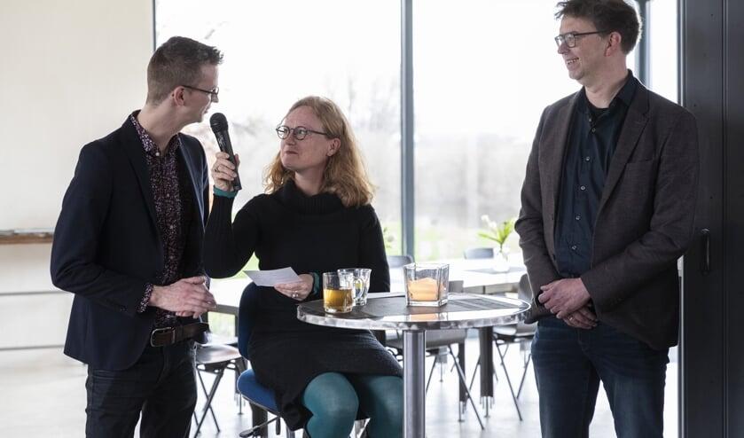 Lisette Lagerweij, directeur van de Muzehof, bevraagt de wethouders Mathijs ten Broeke en Henk van Zeijts over 'hun' erfgoed. Foto: Patrick van Gemert