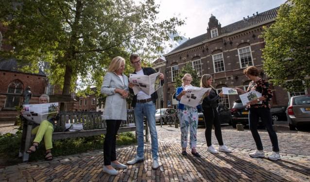 Burgemeester Annemieke Vermeulen, wethouder Mathijs ten Broeke en inwoners van Zutphen en Warnsveld lezen de Cultuurkrant Zutphen. Foto: Patrick van Gemert, Zutphens Persbureau