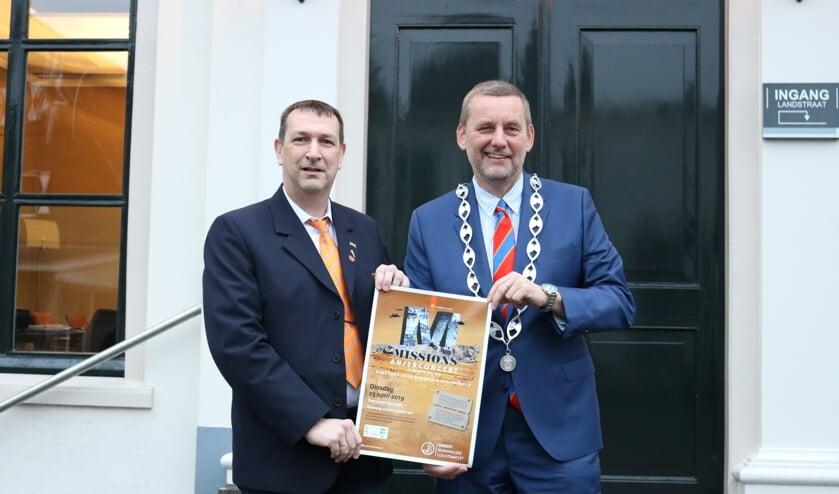 Arjan Bruggink van de VVNF en burgemeester Anton Stapelkamp. Foto: PR