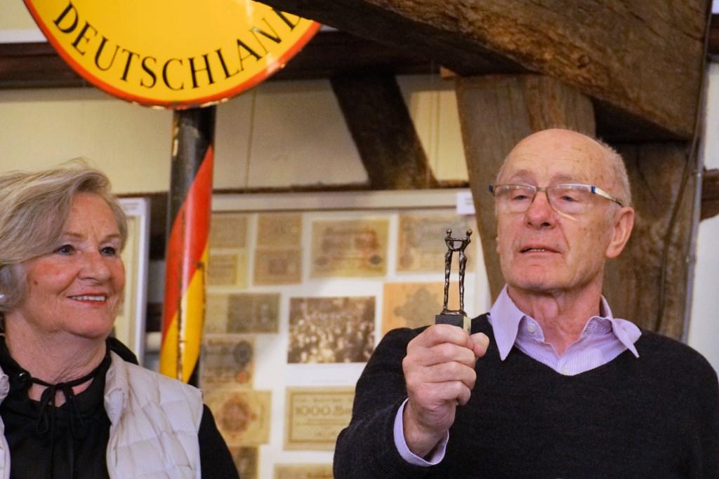 Het echtpaar Ostermann bekijken het beeldje dat zij kregen als waardering voor hun gebaar. Foto: Frank Vinkenvleugel  © Achterhoek Nieuws b.v.