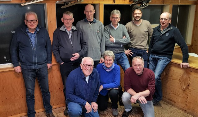 Het bestuur van de jubilerende ijsclub. Staande van links naar rechts: Harry Hebben, Jan Wolters, Evert-Jan Beeftink, Martin Nieuwenhuis, Rowdy Willemsen, Jan Berns. Knielend: Wim Peters, Martje Eggens-Postema, Willy Rutjes. Foto: Alice Rouwhorst