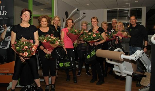 Gerdien en Jaap Hesselink en de aanwezige ereleden van hun 35-jarige sportschool. Foto: Liesbeth Spaansen