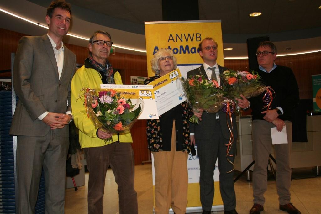 Van links naar rechts: Matthijs de Winter van de ANWB, André van Kuppeveldt, mevrouw Lodder, burgemeester Bengevoord en Harrie Garritsen. Foto: Verona Westera  © Achterhoek Nieuws b.v.