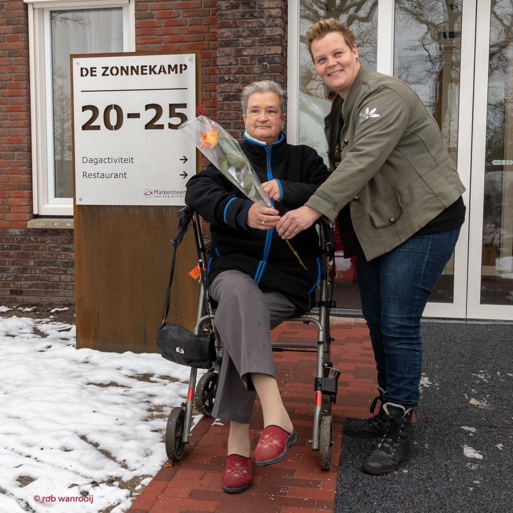 Debby van Aken heeft mevrouw Bettie de Boer een roos gegeven. Foto: Rob Wanrooij  © Achterhoek Nieuws b.v.