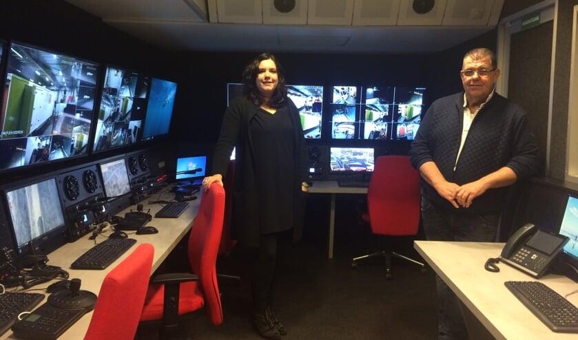 Ilse en Bennie Roozegaarde in hun nieuwe Mobiele Communicatie en Camera Unit met enorme overlegruimte waar, in verband met veiligheid, bezoekers goed in de gaten worden gehouden. Foto: Lotte Post
