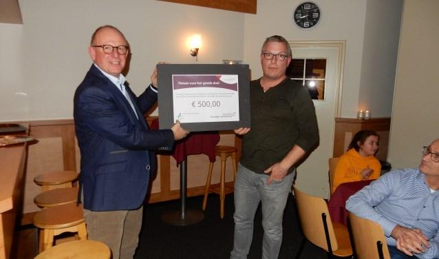 Hans Hartemink (links) en Martijn van Dijk met de cheque voor de Stichting Vrienden van Estinea. Foto: PR