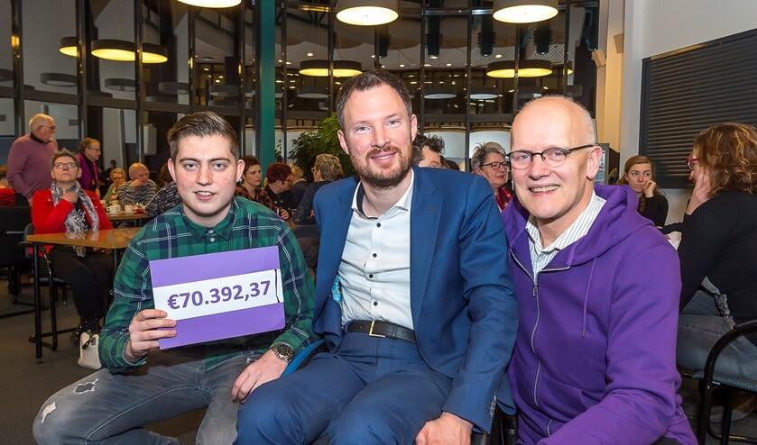 Timo Berendsen, Otwin van Dijk en Harrie Peters (vlnr) met de cheque met het eindbedrag. Foto: Henk van Raaij