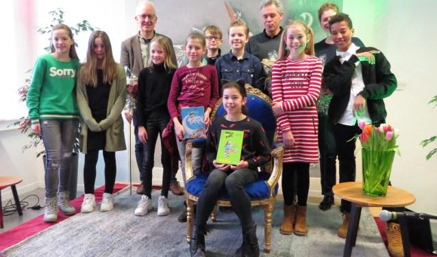 Voorleeswinnaar Estelle Visser met de deelnemers en de jury van de zaterdagmorgensessie in 't Brewinc in Doetinchem. Foto: Josée Gruwel
